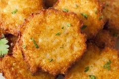 Eigengemaakte Traditionele Aardappelpannekoek Latke stock foto's