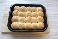 Eigengemaakte Tsjechische die broodjes met pruimjam en kwark worden gevuld Stock Foto's