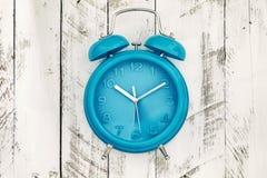 Eigengemaakte turkooise wekker op witte houten achtergrond royalty-vrije stock foto