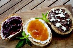 Eigengemaakte Uitgespreide chocolade-Hazelnoot, aardbei en abrikozenjam met verse groene muntbladeren stock fotografie