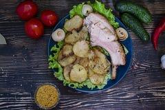 Eigengemaakte varkensvleeshutspot met aardappels met verse groenten op een houten achtergrond Mening van hierboven stock afbeeldingen