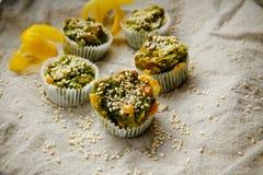 Eigengemaakte vegetarische muffins met schimmelkaas en spinazie Royalty-vrije Stock Afbeeldingen