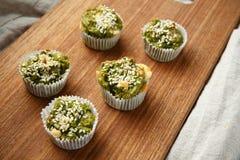Eigengemaakte vegetarische muffins met schimmelkaas en spinazie Stock Foto