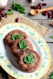Eigengemaakte veggie burgers met rode bonen, knoflook en kruiden Het rode recept van boonburgers Ingrediënten voor het koken van  Stock Foto's