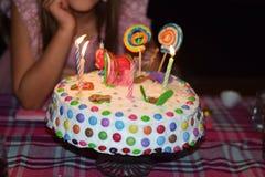 Eigengemaakte verjaardagscake Royalty-vrije Stock Afbeeldingen