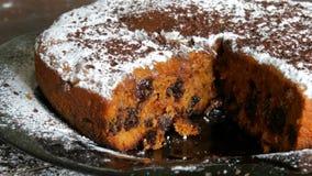 Eigengemaakte vers gebakken pastei met kers die met de suikerglazuursuiker en de chocoladeschilfers vullen stock videobeelden