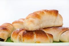 Eigengemaakte verse croissants op een groene driehoekige plaat Stock Foto
