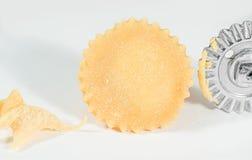 Eigengemaakte verse ravioli met de snijder van het wieldeeg, op witte achtergrond Royalty-vrije Stock Foto's