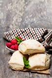 Eigengemaakte verse zuurdesembroodjes met op rustieke houten lijst Stock Afbeelding