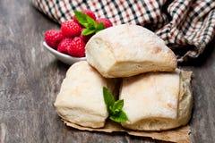 Eigengemaakte verse zuurdesembroodjes met op rustieke houten lijst Stock Fotografie
