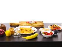 Eigengemaakte vierkante Belgische wafels met verse rijpe bessen, banaan, appelen, aardbeien stock foto