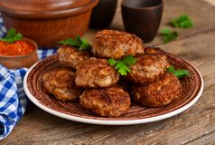 Eigengemaakte vleesballetjes met vlees en uien Stock Afbeeldingen