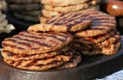 Eigengemaakte vleesballetjes op een elektrogrill Grillachtergrond Snelle voet buiten Dieet en gezondheid Gehakt op barbecue Plesk stock foto
