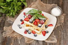 Eigengemaakte wafels met vers fruit Stock Afbeelding