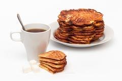 Eigengemaakte wafels op de plaat en een kop thee Stock Foto's