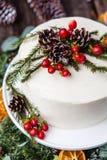 Eigengemaakte witte room naakte die cake met witte room, kegels en rode bessen wordt verfraaid Stock Foto