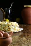 Eigengemaakte Wortelcake op de Verse Eieren van de Glasplaat en Donkere Backgrou Royalty-vrije Stock Foto