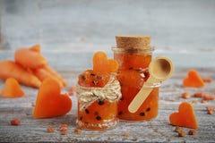 Eigengemaakte worteljam in een glaskruik Stock Foto's
