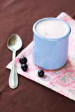 Eigengemaakte yoghurt in een ceramische kom op een roze tafelkleed Stock Foto
