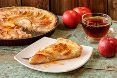 Eigengemaakte yummy open appeltaart, zwarte thee en gehele rode appelen  Stock Afbeelding