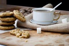 Eigengemaakte zandkoek en een kop thee Royalty-vrije Stock Afbeeldingen