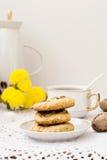 Eigengemaakte zandkoek en een kop thee Stock Afbeeldingen
