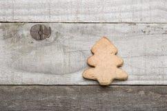 Eigengemaakte zandkoekkerstboom op grijze achtergrond Stock Foto's