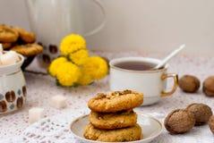 Eigengemaakte zandkoekkoekjes met noten en een kop thee Royalty-vrije Stock Afbeelding