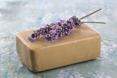 Eigengemaakte Zeep met de Bloemen van de Lavendel Stock Afbeelding