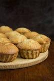 Eigengemaakte zoete banaanmuffins op de houten lijst Stock Foto's