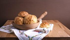 Eigengemaakte zoete gebakjes op een houten lijst Vrije ruimte voor tekst De wintersnoepjes stock fotografie