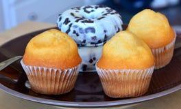 Eigengemaakte zoete muffins en donuts op een plaat Royalty-vrije Stock Foto