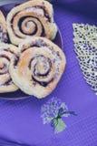 Eigengemaakte zoete verse brioche cinnabons stock afbeeldingen