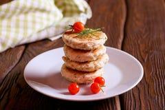 Eigengemaakte Zoute Kaaspannekoeken met dille en verse tomaat Stock Afbeeldingen