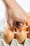 Eigenhändig gebrochen von den Eiern Stockfoto