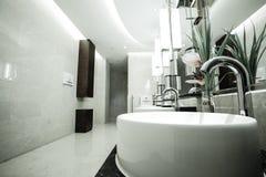 Eigentijds binnenland van openbaar toilet stock foto's