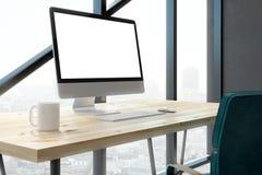 Eigentijds bureau met het lege witte computerscherm Royalty-vrije Stock Afbeelding