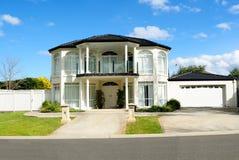 Eigentijds en elegant huisontwerp royalty-vrije stock afbeelding
