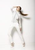 Eigentijds Kledingsontwerp. Modieuze Vrouw in Witte Blouse en Broek. Manier Stock Fotografie