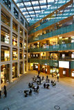 Eigentijdse architectuur in winkelcentrum van Tokyo Royalty-vrije Stock Fotografie