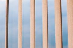 Eigentijdse architectuurelementen, blauwe hemel zichtbaar door streptokok Royalty-vrije Stock Fotografie
