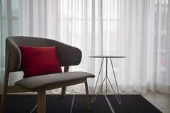 Eigentijdse binnenlandse grijze stoel zuivere gordijnen Stock Afbeelding