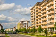 Eigentijdse Europese complex van woningbouw met nieuwe moderne blokgebouwen, groen ruimte en groot boulevarddem royalty-vrije stock afbeeldingen