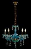 Eigentijdse glas blauwe die kroonluchter op zwarte achtergrond wordt geïsoleerd Royalty-vrije Stock Afbeeldingen
