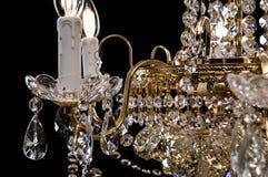 Eigentijdse gouden die kroonluchter op zwarte achtergrond wordt geïsoleerd Close-up Crystal Chandelier royalty-vrije stock afbeeldingen