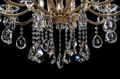 Eigentijdse gouden die kroonluchter op zwarte achtergrond wordt geïsoleerd Close-up Crystal Chandelier royalty-vrije stock foto's
