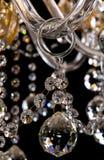 Eigentijdse gouden die kroonluchter op zwarte achtergrond wordt geïsoleerd Close-up Crystal Chandelier stock foto