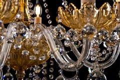 Eigentijdse gouden die kroonluchter op zwarte achtergrond wordt geïsoleerd Close-up Crystal Chandelier royalty-vrije stock foto