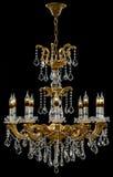 Eigentijdse gouden die kroonluchter op zwarte achtergrond wordt geïsoleerd Crystal Chandelier stock afbeelding