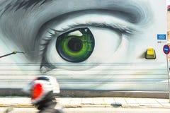 Eigentijdse graffitikunst op stadsmuren De ontberingen van Griekse economische crisis sinds 2010 hebben geleid tot een nieuwe gol Royalty-vrije Stock Afbeeldingen